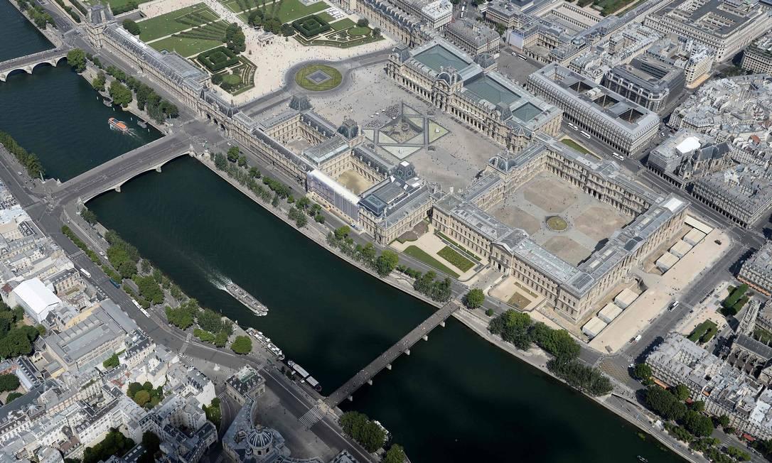 Mais de perto, o Rio Sena e o museu do Louvre e a sua famosa pirâmide JEAN-SEBASTIEN EVRARD / AFP