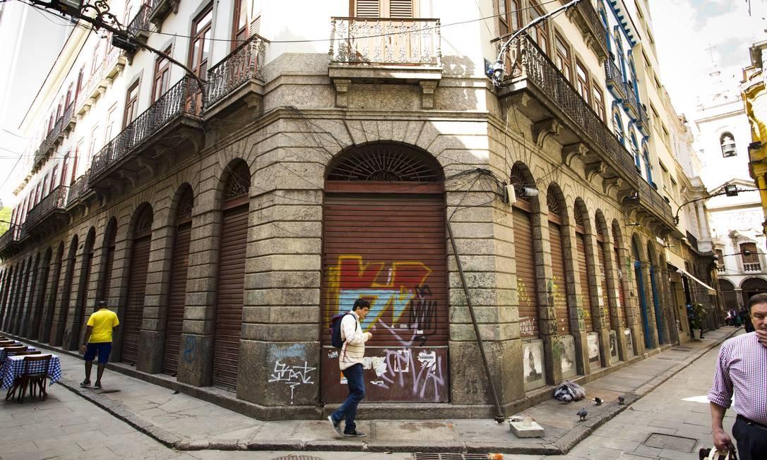 De outro, os que, ao contrário, saem em defesa da redução e até da isenção impostos, para estimular proprietários e empreendedores a reerguerem edificações muitas vezes em ruínas Mônica Imbuzeiro / Agência O Globo