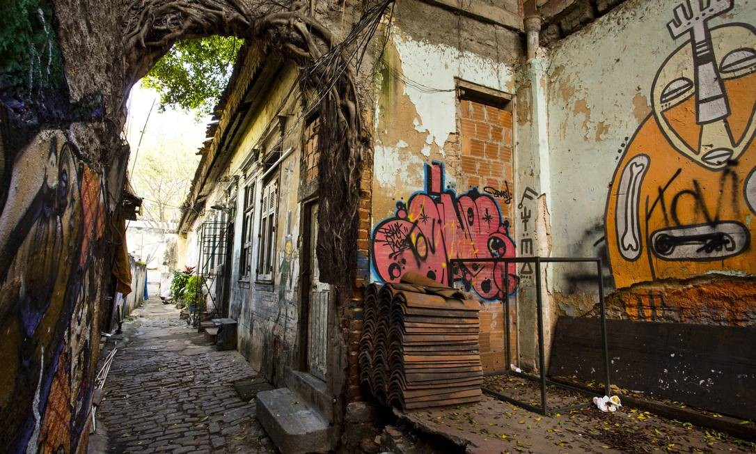 Não se conta nos dedos as construções fechadas, sub-ocupadas e abandonadas na cidade Mônica Imbuzeiro / Agência O Globo