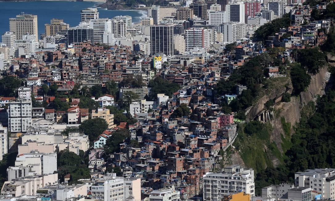 Levantamento com fotos aéreas feito pelo Instituto Pereira Passos revela que a área total das 1.018 comunidades cariocas aumentou 0,31% entre 2012 e 2016 Custódio Coimbra / Agência O Globo
