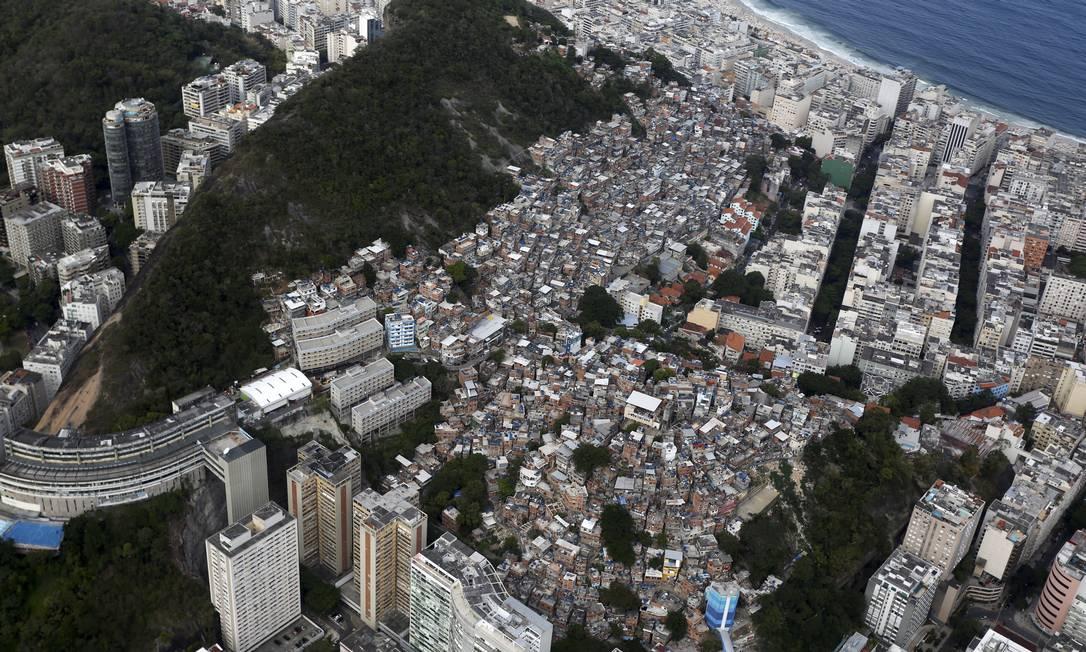 Os novos números mostram que a meta do ex-prefeito Eduardo Paes de reduzir em 5% a área total das favelas entre 2008 e 2016 não foi cumprida. O decréscimo foi de 1,81% Custódio Coimbra / Agência O Globo
