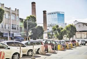 Rua São Cristóvão não foi reurbanizada e carros param em fila dupla no meio da via Foto: Analice Paron / Agência O Globo