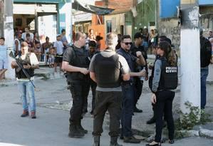 Polícia Civil fez reprodução simulada para descobrir de onde veio o tiro que atingiu o bebê no útero de Claudinéia Souza na Favela do Lixão Foto: Márcio Alves / Agência O Globo