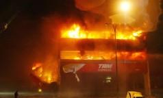 Explosão. O Airbus da TAM derrapou na pista do aeroporto de Congonhas, em SP, e pegou fogo ao chocar-se com um prédio da própria empresa Foto: Apu Gomes 17/07/2007 / Folha Imagem