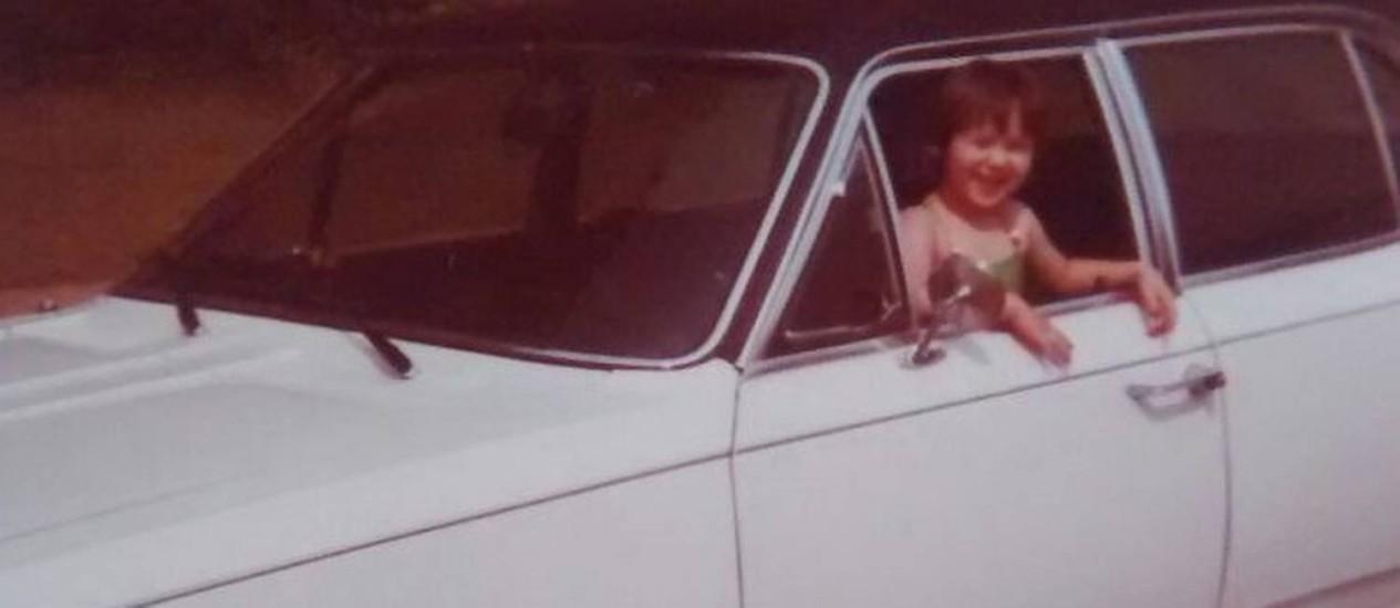 A ligação com o carro é histórica. Fernanda, ainda criança, brincando na janela do carro. Foto: Arquivo pessoal