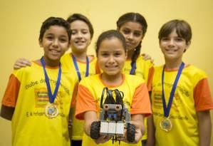O carro-robô e a arena que deram aos alunos da Escola Municipal Dario Castello a medalha de ouro em etapa regional da Olímpíada de Robótica Foto: Analice Paron / Agência O Globo