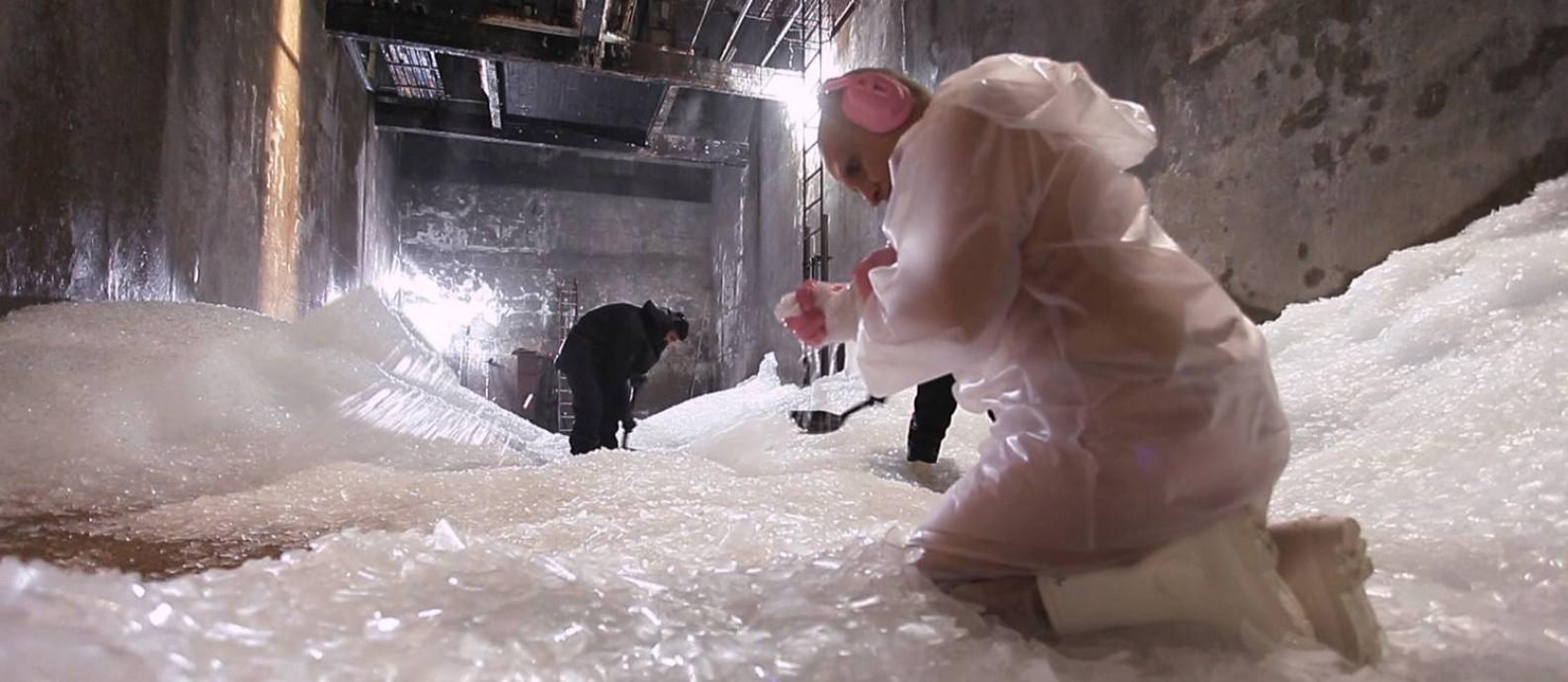 Berna Reale, em primeiro plano, protagoniza performance 'Frio', registrada em vídeo Foto: Divulgação