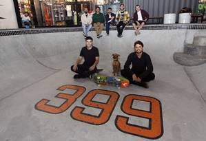 Amigos de infância, sócios do Bar 399 posam no bowl de cem metros quadrados; ao fundo, loja da Homegrown Foto: Paulo Nicolella / Agência O Globo