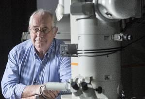 Ronald Shellard e o microscópio de US$ 2 milhões: o centro de pesquisas físicas não tem verba para manutenção Foto: Ana Branco / Agência O Globo