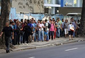 Desconto mensal. Trabalhadores da construção civil aguardam na fila, na porta do sindicato, na Tijuca, Zona Norte do Rio, para pedir isenção da contribuição Foto: Paulo Nicolella / Paulo Nicolella