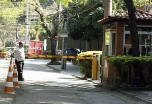 Vigilância. Funcionário na entrada do Jardim Pernambuco, no Leblon, controla cancela de acesso, mas carros não são impedidos de entrar, o que pode mudar com a nova lei Foto: Antonio Scorza / Agência O Globo