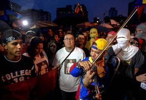 Manifestantes protestam contra o governo do presidente Nicolás Maduro em Caracas: chavismo quer obrigar funcionários públicos a votarem na Constituinte Foto: FEDERICO PARRA / AFP/13-7-2017