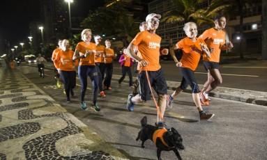 Tem que correr. Participantes do Runners Club treinam na Praia do Leblon: grupo organiza cafés da manhã e viagens Foto: Agência O Globo / Guito Moreto
