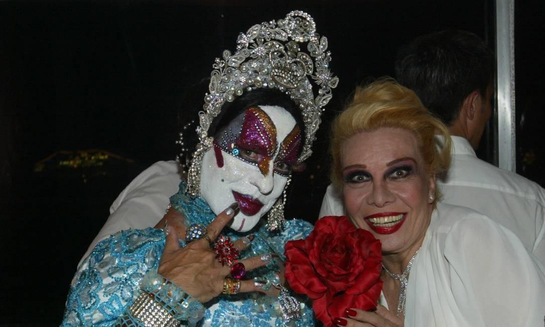 Rogéria com Isabelita dos Patins, na festa de Reveillon de André Ramos e Bruno Chateaubriand, em 2008 Foto: Marcos Ramos / O Globo