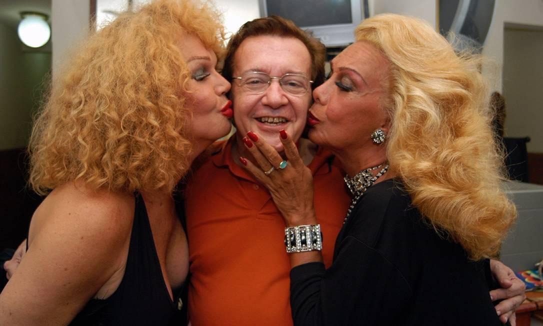 O compositor João Roberto Kelly entre as Divina Divas Jane de Castro e Rogeria Foto: Salvador Scofano / O Globo