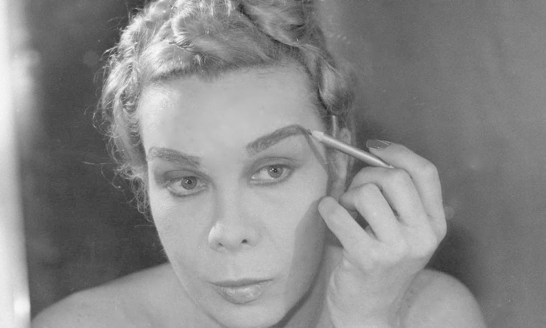 Se maquiando para show no Teatro Alaska, em 1983 Foto: Arquivo