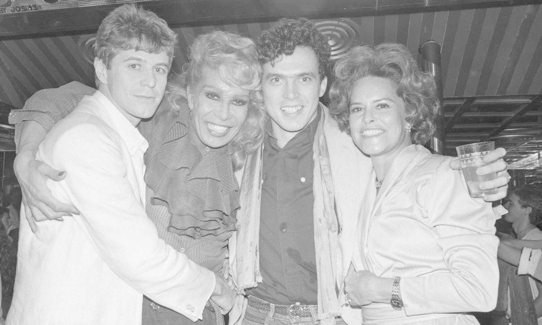 Em festa de aniversário na Boate Circus, com Miguel Falabela e Caique Ferreira, em 1983 Foto: Arquivo
