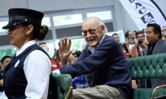 Stan Lee acena para os fãs ao chegar à convenção D23, onde foi homenageado Foto: CHRIS DELMAS / AFP