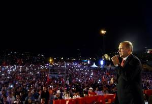Erdogan faz discurso em istambul, cenário de enfrentamentos violentos em noite de tentativa de golpe Foto: HANDOUT / REUTERS