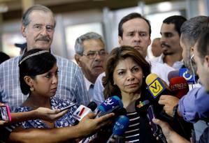 Laura Chinchilla dá entrevista coletiva acompanhada por Vicente Fox (esquerda, de bigode) e Jorge Quiroga (atrás da ex-presidente costarriquenha) Foto: ANDRES MARTINEZ CASARES / REUTERS