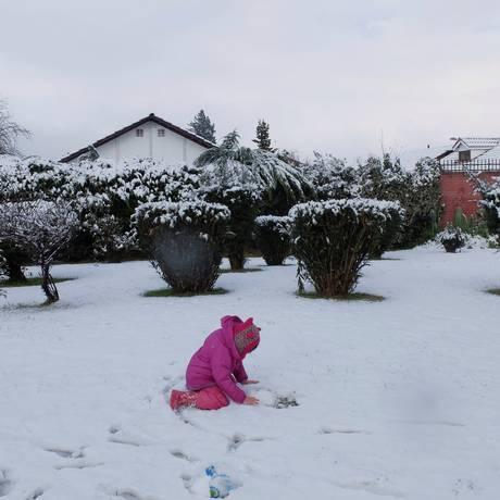 Criança brinca com neve que cobriu Santiago Foto: STRINGER / REUTERS