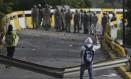Manifestantes e policiais se encaram durante confronto em manifestação na capital da Venezuela, Caracas Foto: Fernando Llano/AP