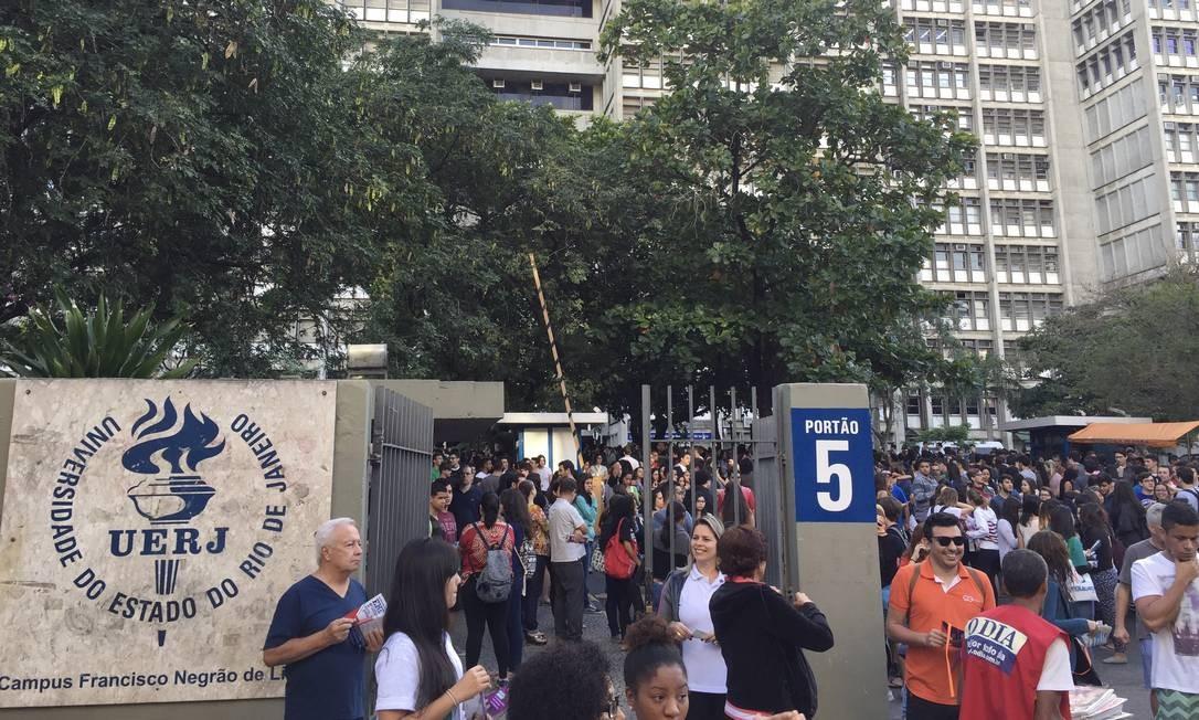 Vestibular da Uerj teve 37.393 mil inscritos na edição deste ano. Na foto, a movimentação antes de começar a prova Foto: Thiago Freitas / Agência O Globo