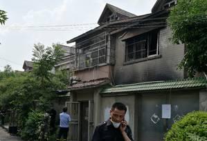 Pessoas são vistas do lado de fora do prêdio onde um incêndio matou 22, na província de Jiangsu Foto: CHINA STRINGER NETWORK / REUTERS