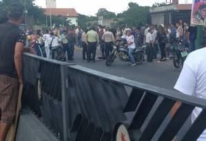 Pessoas se reúnem perto de um dos feridos após ataque de paramilitares Foto: Reprodução Twitter