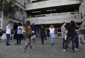 Candidatos chegam para a prova da Uerj Foto: Thiago Freitas / Agência O Globo