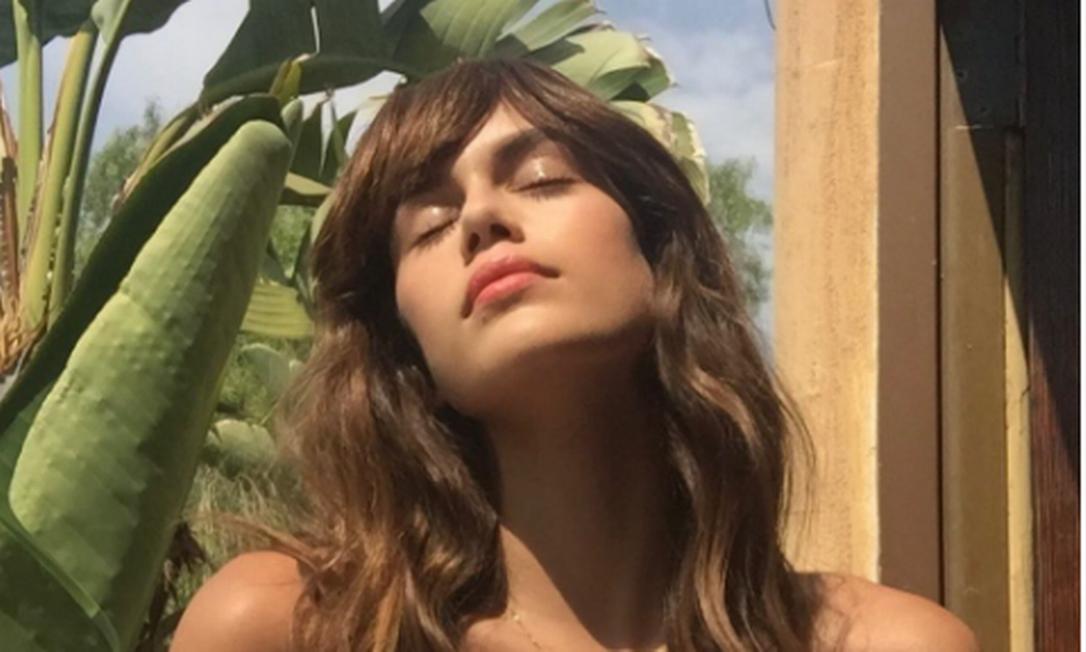 """Kaia já tinha dado a pista do novo corte, horas antes, no Instagram: """"em breve"""", escreveu ela na legenda, marcando a revista """"Teen Vogue"""" Instagram"""