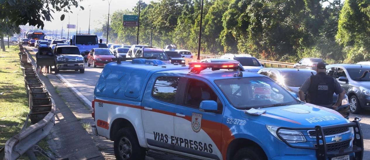 Blitz da PM na Linha Vermelha, na pista sentido Dutra, próximo à Favela do Lixão Foto: Fabiano Rocha / Agência O Globo