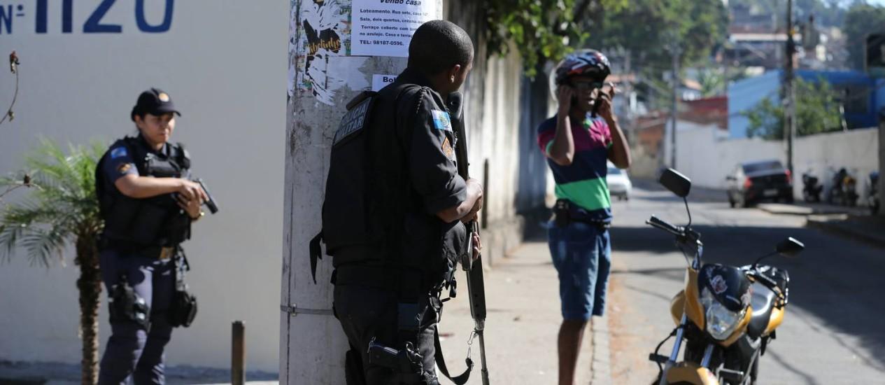 Policiais militares no Morro da Mangueira Foto: Marcia Foletto / Agência O Globo