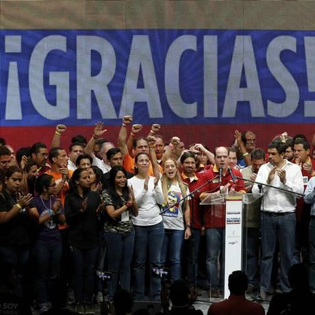 Líderes da oposição celebram o anúncio da vitória do referendo simbólico em Caracas Foto: Ariana Cubillos / AP