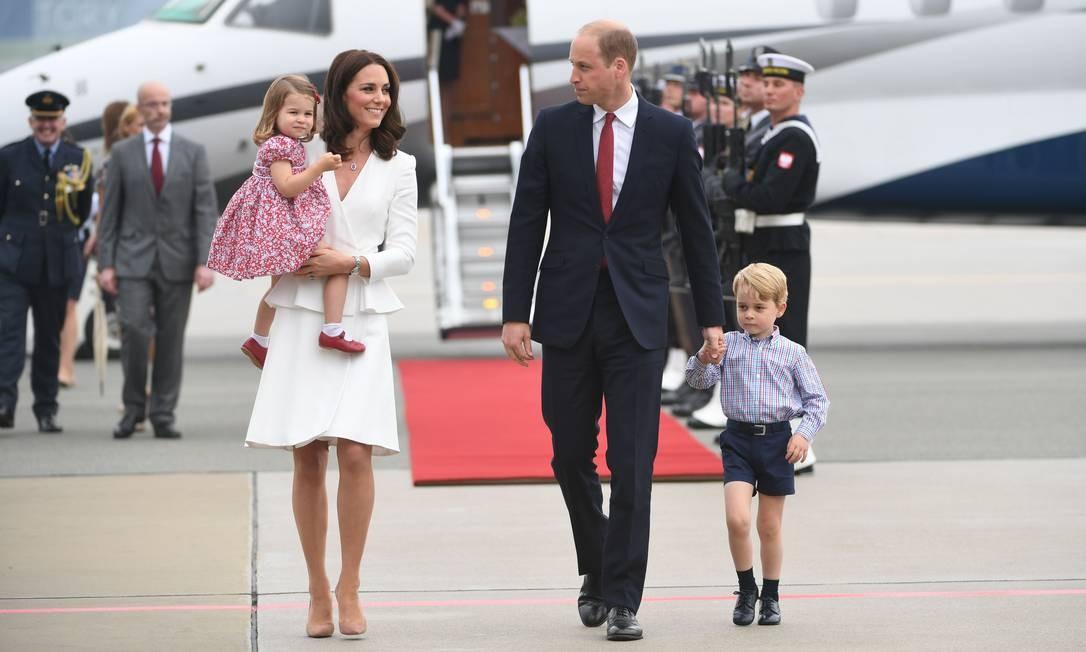 Fenômeno por onde passam, o príncipe George e a princesa Charlotte estão na Polônia para uma visita oficial. A duquesa de Cambridge, Kate Middleton, e o príncipe William, naturalmente, acompanham as crianças reais BARTLOMIEJ ZBOROWSKI / AFP