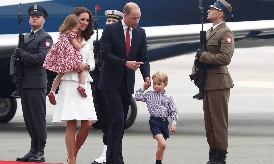 A família desembarcou em um aeroporto militar em Varsóvia. A viagem de cinco dias inclui uma passagem também pela Alemanha KACPER PEMPEL / REUTERS