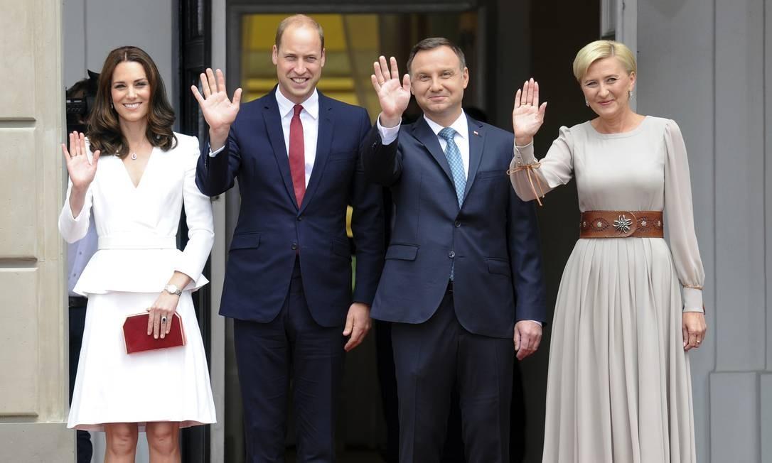 Kate e William posam com o presidente da Polônia, Andrzej Duda, e a primeira-dama Agata Kornhauser-Duda Alik Keplicz / AP