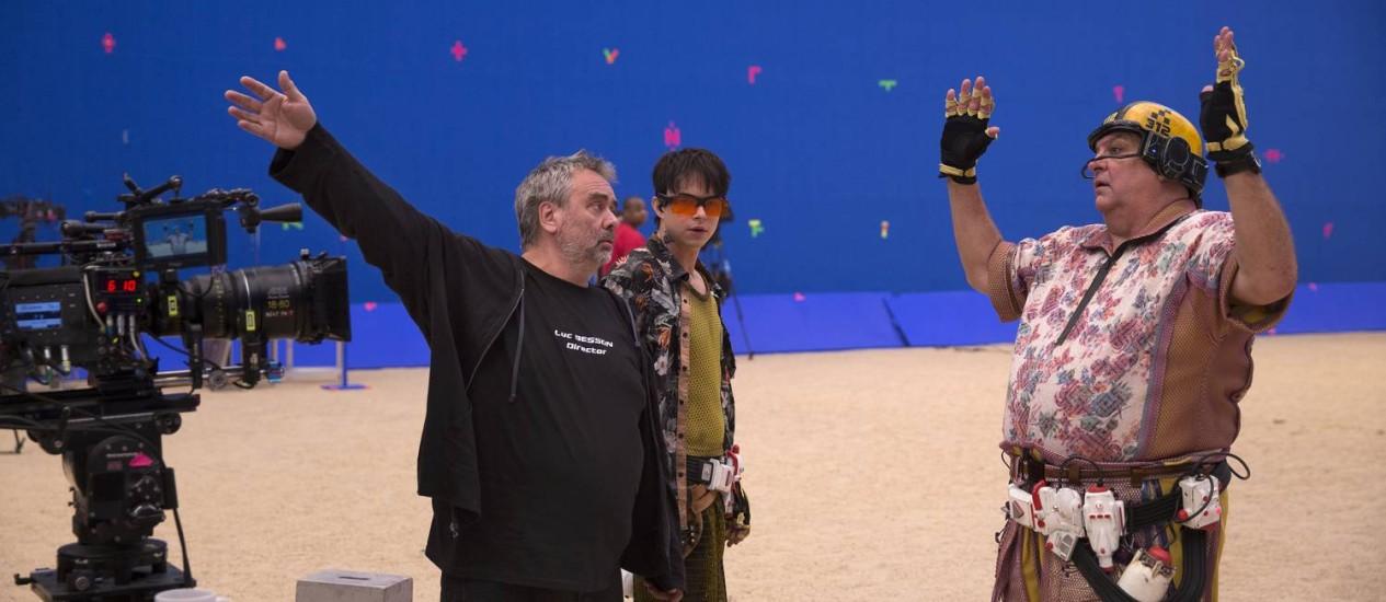 Luc Besson, de preto, e Dane DeHaan, atrás dele, no set de 'Valerian' Foto: Divulgação
