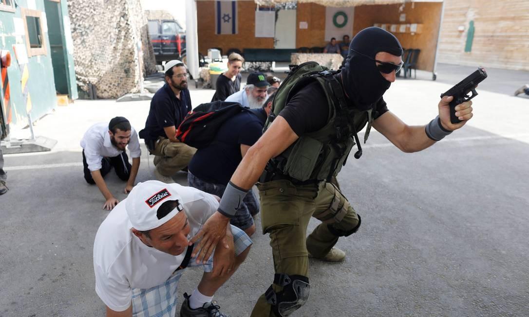 O centro funciona no assentamento israelense de Gush Etzion e oferece experiências como a simulação de um ataque terrorista a um mercado Foto: NIR ELIAS / REUTERS