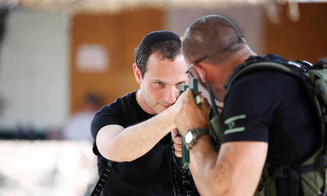 Entre as atividades oferecidas, estão instruções de noções de defesa pessoal, usando técnicas de krav maga Foto: NIR ELIAS / REUTERS