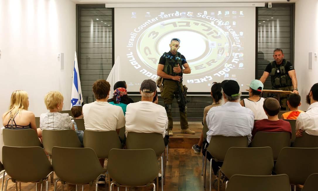 Antes de todas as atividades, os visitantes assistem a uma palestra com os instrutores, ex-militares das Forças Armadas de Israel Foto: NIR ELIAS / REUTERS