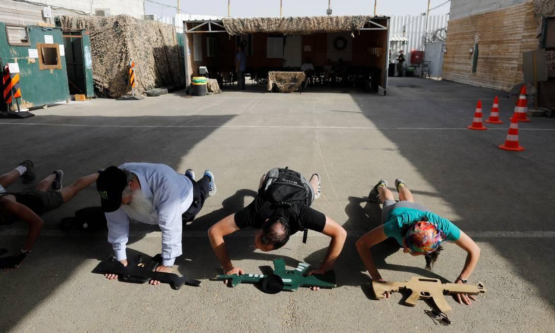 Visitantes experimentam alguns dos exercícios que fazem parte do treinamento dos militares israelenses Foto: NIR ELIAS / REUTERS