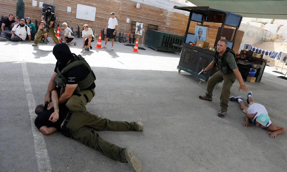 Esse programa inclui a demonstração de diversas maneiras de frustrar um ataque terrorista Foto: NIR ELIAS / REUTERS