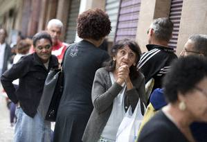 Servidores à espera de cestas básicas na Rua Evaristo da Veiga, no Centro do Rio Foto: Márcia Foletto / Agência O Globo