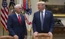 Trump conversa com o vice, Mike Pence, na Casa Branca Foto: SAUL LOEB / AFP