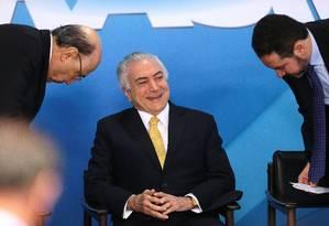 O presidente Temer entre os ministros, Henrique Meirelles (Fazenda) e Dyogo Oliveira (Planejamento) Foto: Jorge William / Agência O Globo