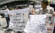 Faltam medicamentos. Pacientes que sofrem de doenças crônicas protestam em frente ao Instituto Venezuelano de Seguro Social: escassez já atinge 95% dos remédios