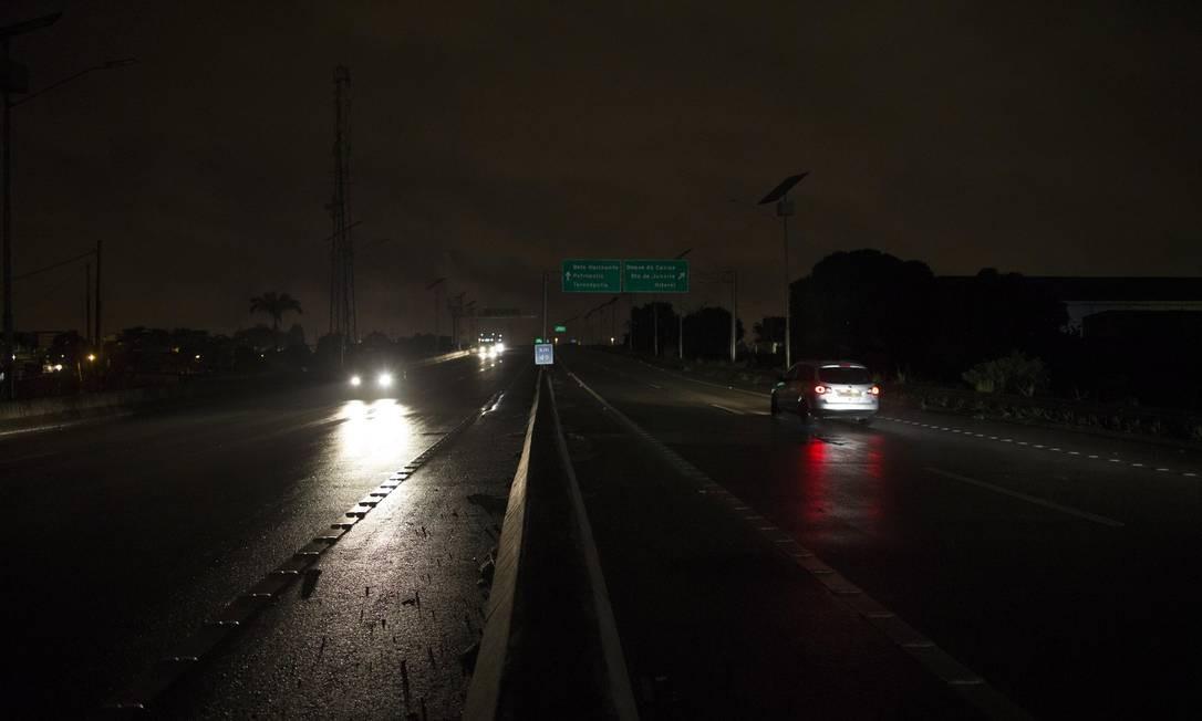 No breu. O Arco Metropolitano, na Baixada, onde a falta de policiamento e de luz tem afastado os motoristas Foto: Guito Moreto / Agência O Globo