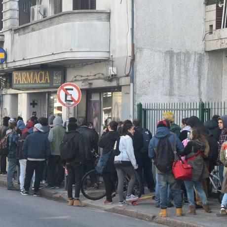 Consumidores formam fila para comprar maconha em farmácia de Montevidéu Foto: Ariel Colmegna / El País