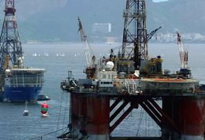 Plataformas de exploração de petróleo da Petrobras estacionadas na Baia de Guanabara Foto: Michel Filho / Agência O Globo